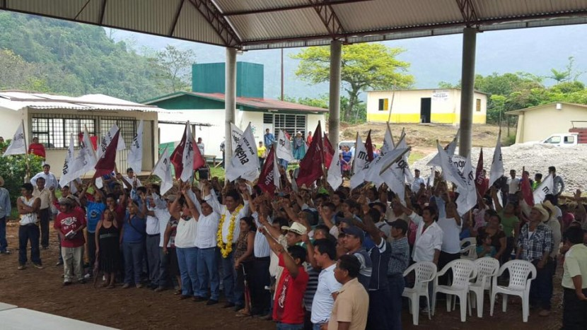 Irineo Molina recorre localidades de Usila rumbo a la diputación