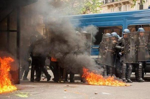 Policías y manifestantes encapuchados se enfrentan en París
