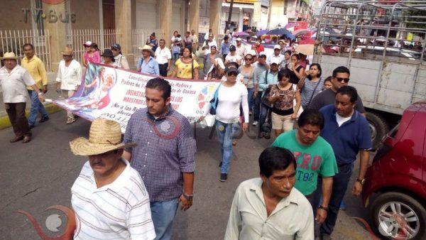 GALERÍA: Padres, alumnos y maestros marchan en Tuxtepec