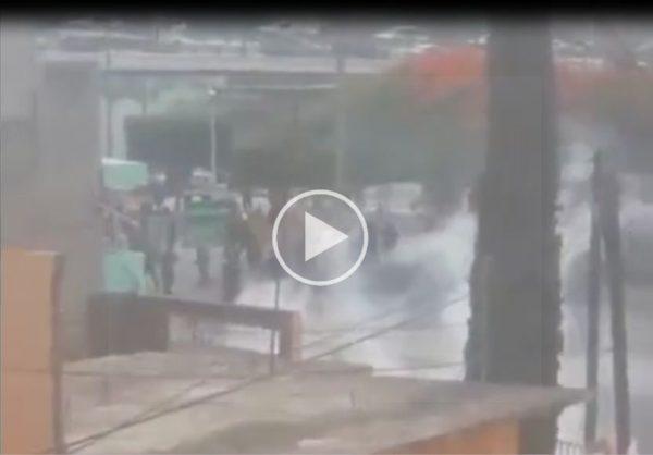 VIDEO: Policías repliegan a normalistas en Chiapas