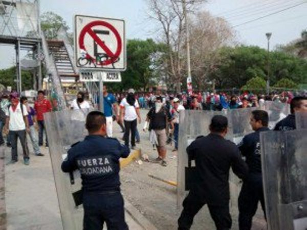 Se enfrentan granaderos y normalistas en Chiapas