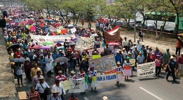 Padres marchan en apoyo a maestros en Oaxaca