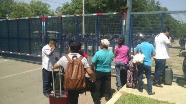 Maestros cercan aeropuerto de Oaxaca