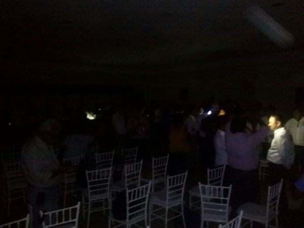 Apagón obliga a suspender debate de candidatos en Tuxtepec