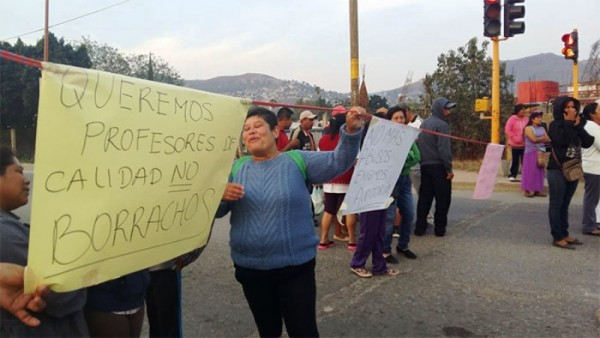 Bloqueo en puentes  por inconformes de secundaria Guerrero