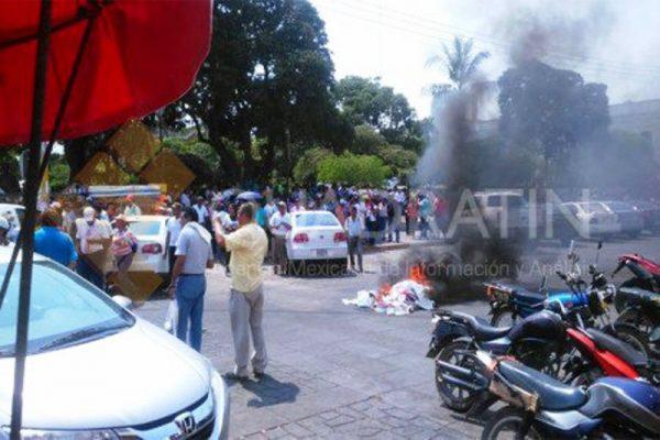 Maestros queman propaganda electoral en Juchitán