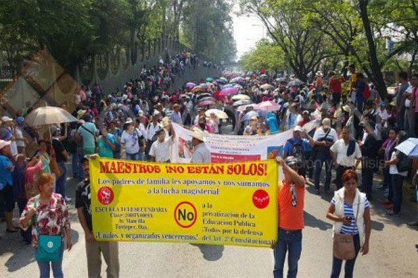Inicia marcha de maestros y padres de familia; van del IEEPO al Zócalo