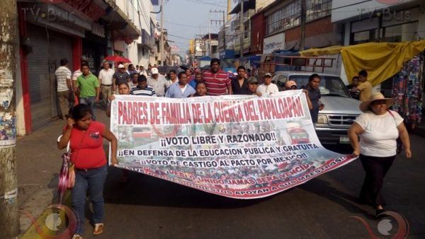 Senadora y candidato politizan marcha de maestros en Tuxtepec