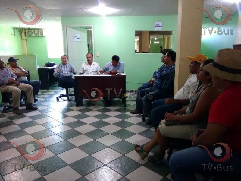 """Se reúne edil de Valle con habitantes de """"El Castillo"""""""