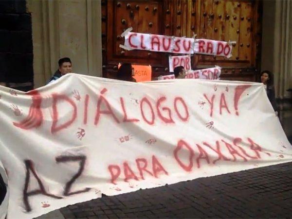 'Clausuran' jóvenes perredistas edificio de la SEP, piden dialogo para Oaxaca