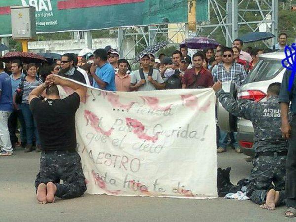 La Sección 22 humilla a dos agentes federales; reactiva bloqueos en Oaxaca