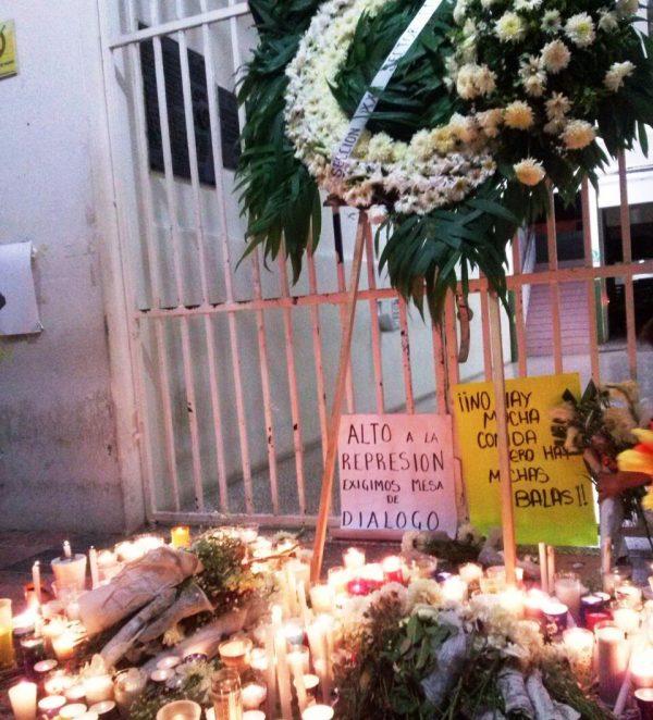 VIDEO: Maestros colocan ofrenda floral por muertos de Nochixtlan en el palacio de Tuxtepec