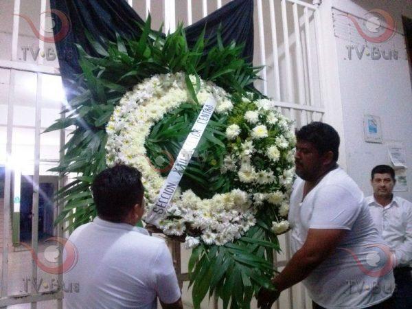 Fotos: Maestros colocan ofrenda floral en corredor del palacio en Tuxtepec