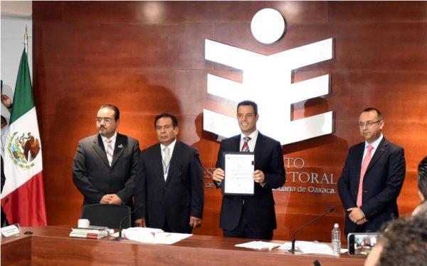 Murat recibe constancia como gobernador electo de Oaxaca