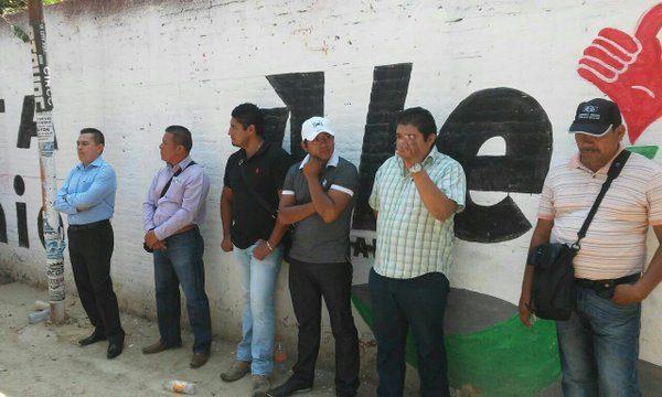 Retienen maestros a 6 agentes estatales de investigación de Oaxaca