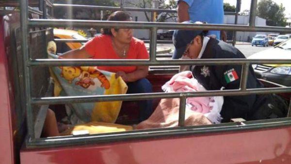 Mujer da a luz sobre batea de camioneta en Oaxaca