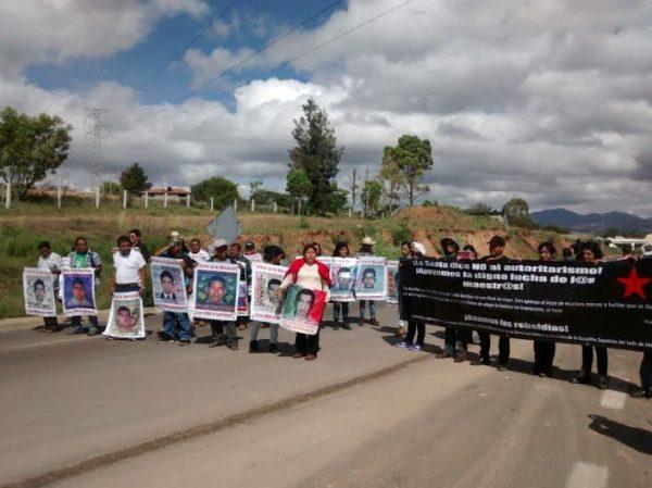 Padres de Ayotzinapa se solidarizan con maestros en Oaxaca