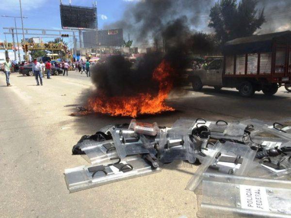 Retienen maestros autobús con elementos de Gendarmería; queman su equipo