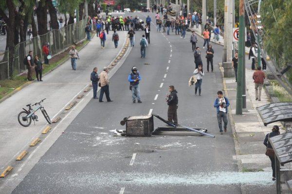 Encapuchados bloquean insurgentes y hacen destrozos