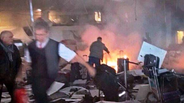 Turquía: al menos 10 muertos por dos explosiones en el aeropuerto Ataturk de Estambul