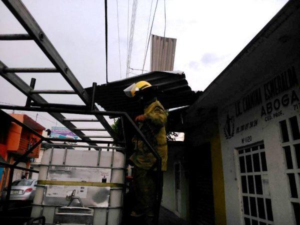 Protección Civil y organizaciones auxilian a tuxtepecanos tras fuertes vientos