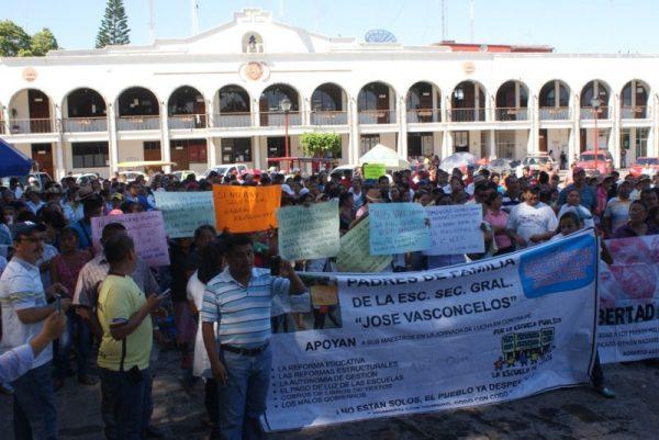 Padres de familia y maestros, volverán a movilizarse en Tuxtepec