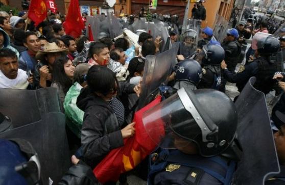 Granaderos frenaron marcha de la CNTE hacia el AICM