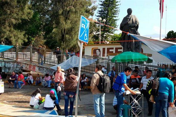 Protestan maestros frente al IEEPO por tercer día consecutivo