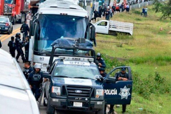 Quedan varados policías federales en bloqueo de la Mixteca