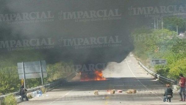 Gas lacrimógeno dispersa a manifestantes en Huitzo; queman un autobús y dos autos