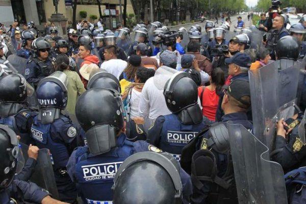 Se enfrentan CNTE y granaderos tras intento de bloqueo