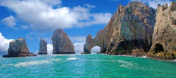 Mueren 2 turistas estadounidenses arrastrados por ola en México