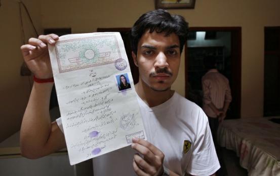 Madre quema viva a su hija en Pakistán por elegir a su marido