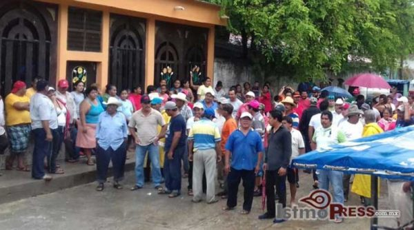 Resguardan consejo municipal de Reforma de Pineda ante amenaza de priistas