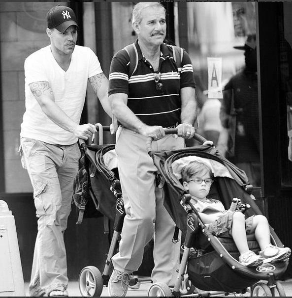 Ricky Martin presume foto de su papá junto a sus hijos