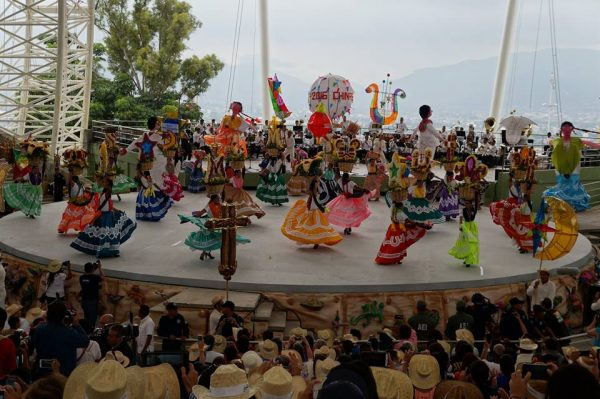 Miles presencian Guelaguetza, en primer lunes del cerro