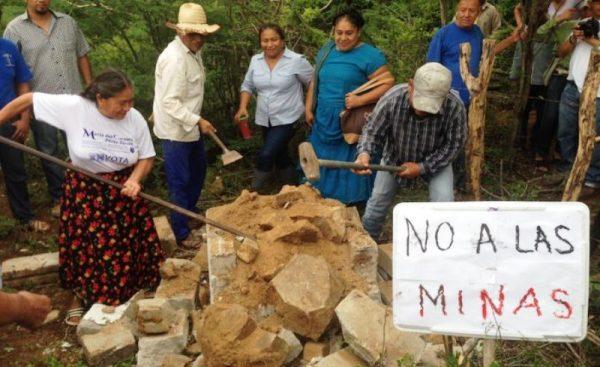 Tiran  mojonera de la empresa minera canadiense en Ixtepec