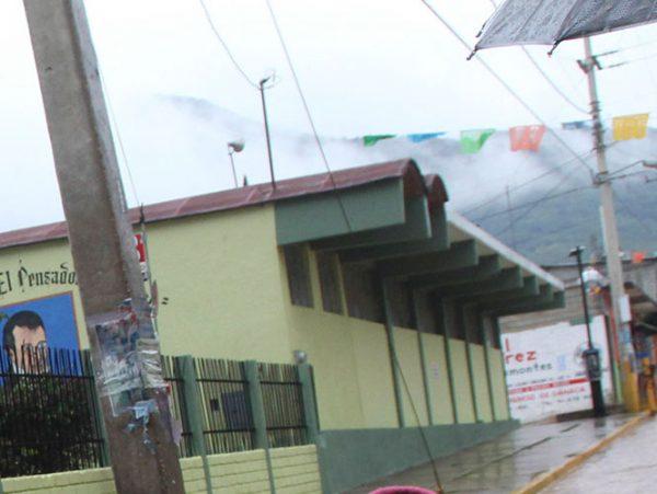 Padres rompen candado y recuperan escuela en Oaxaca