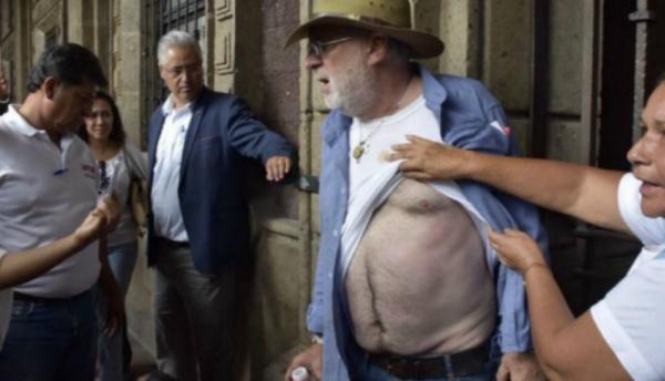 Desalojan y golpean a Javier Sicilia frente al palacio del gobierno de Morelos