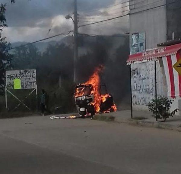 Transportistas se enfrentan en Viguera; queman unidades