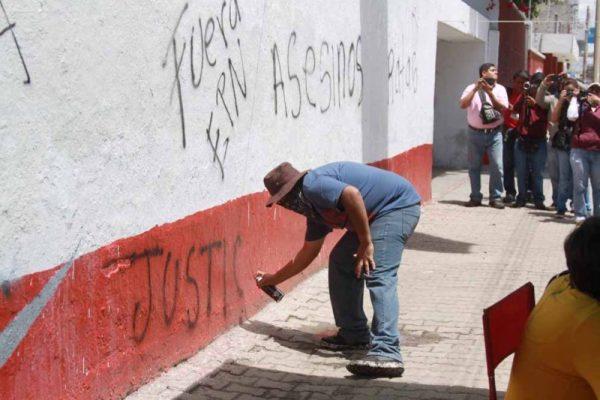 Integrantes de la Sección 22 realizaron pintas durante marcha