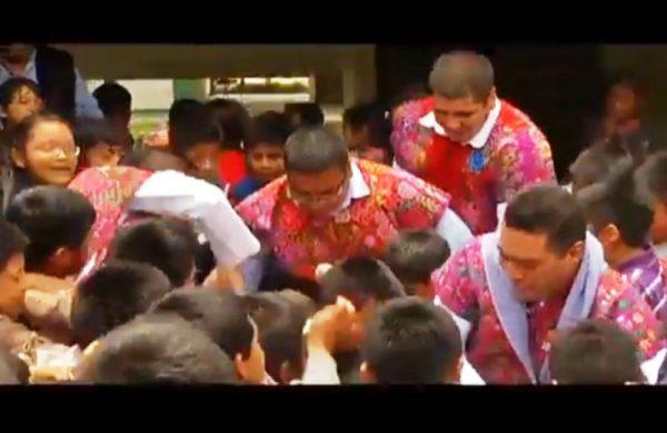 VIDEO: Manuel Velasco es derribado por niños en una entrega de útiles escolares
