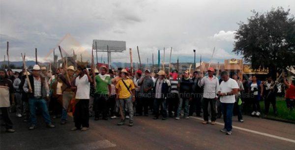 Realizan maestros 12 filtros y bloqueos en carreteras de Oaxaca