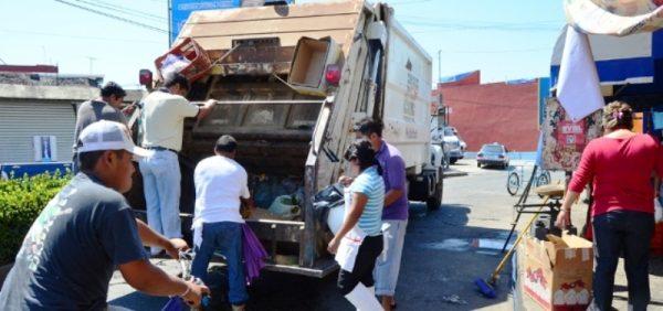 Por no sacar a tiempo la basura, ésta se acumula en 4 Carriles: Servicio Público Municipal