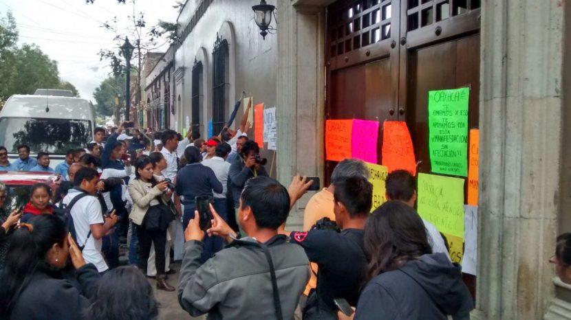 Se manifiestan empresarios en Casa Oficial de Gobierno