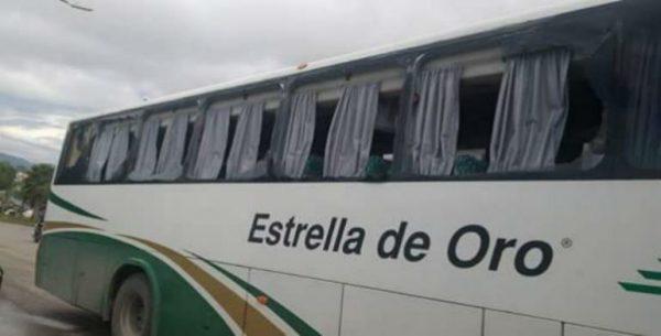 Impacta tráiler a autobús donde viajaban los padres de los 43