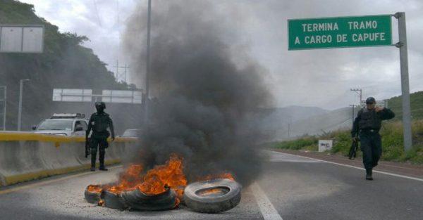 Normalistas de Ayotzinapa queman llantas en Guerrero
