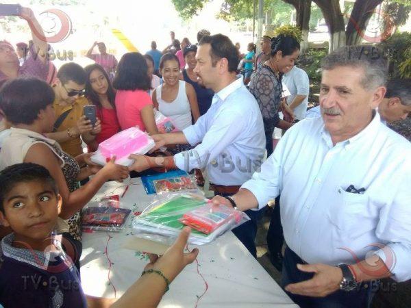 Entrega Paco Niño y Estefan Garfías paquetes escolares en Papaloapan