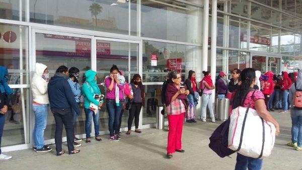 Bloquean normalistas terminal de ADO en Oaxaca