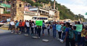 Estudiantes universitarios del Istmo bloquean carretera; demandan pago de becas